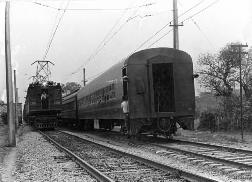 Imagen de Tren de pasajeros y locomotora eléctrica 1001 en la línea México-Veracruz