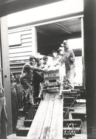 Imagen de Trabajadores descargando un furgón, bodega de carga de Aguascalientes