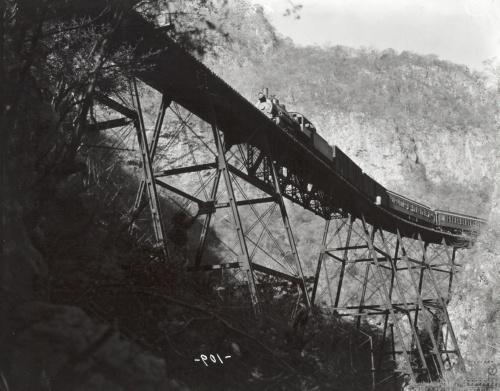 Imagen de Tren de pasajeros sobre el puente ubicado en el Cañón de la Mano, línea del ferrocarril a Cuernavaca