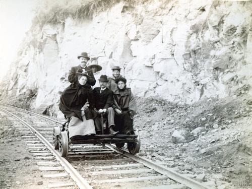 Imagen de Personas en un armón, línea del Ferrocarril México, Cuernavaca y Pacífico