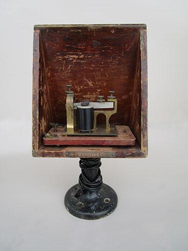 Imagen de Caja resonador con magneta telegráfica