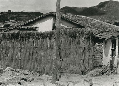 Imagen de Chozas con Cerca de Varas y Montañas. Impresión de Negativo Donado por Vittorio Vidali. Fototeca INAH.
