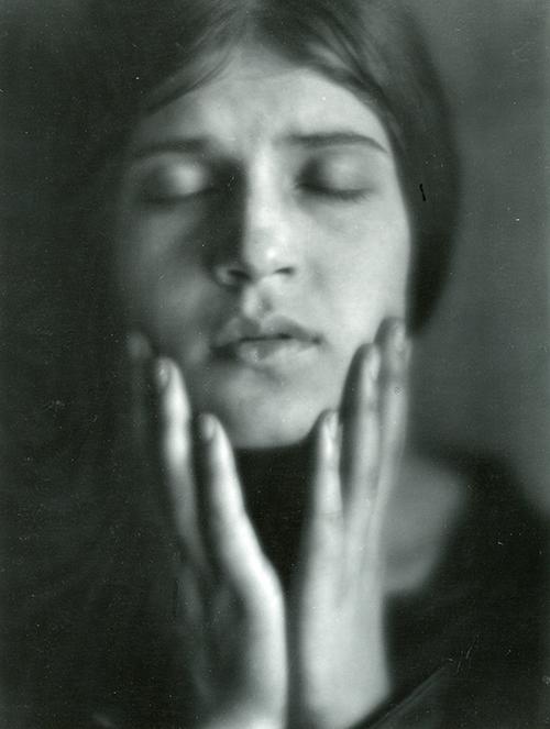 Imagen de Tina Modotti con las manos en el rostro. Impresión de negativo donado por Vittorio Vidali. Fototeca INAH.